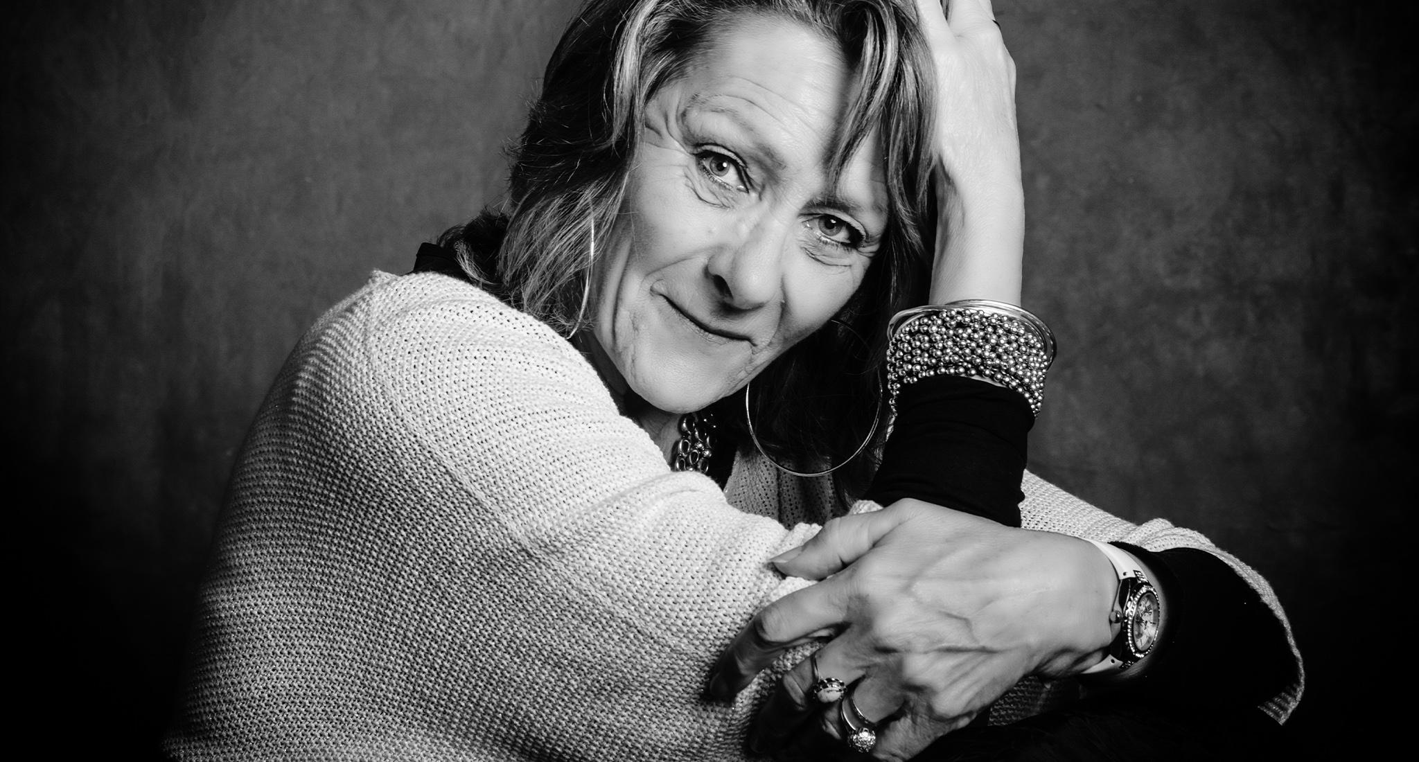 portrait d'une femme en noir et blanc, frederique jouvin, photographe rennes
