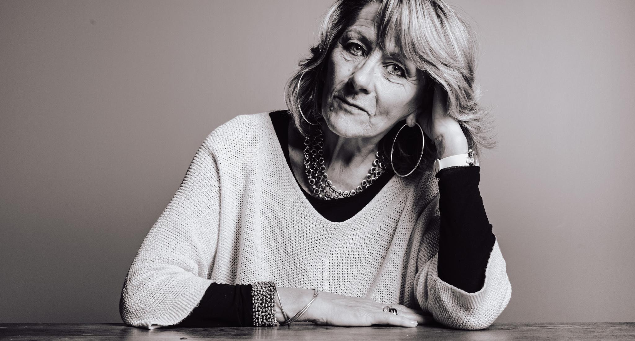 un portrait d'une femme qui s'appuie sur la table, photo en noir et blanc, portrait estime soi, studio rennes
