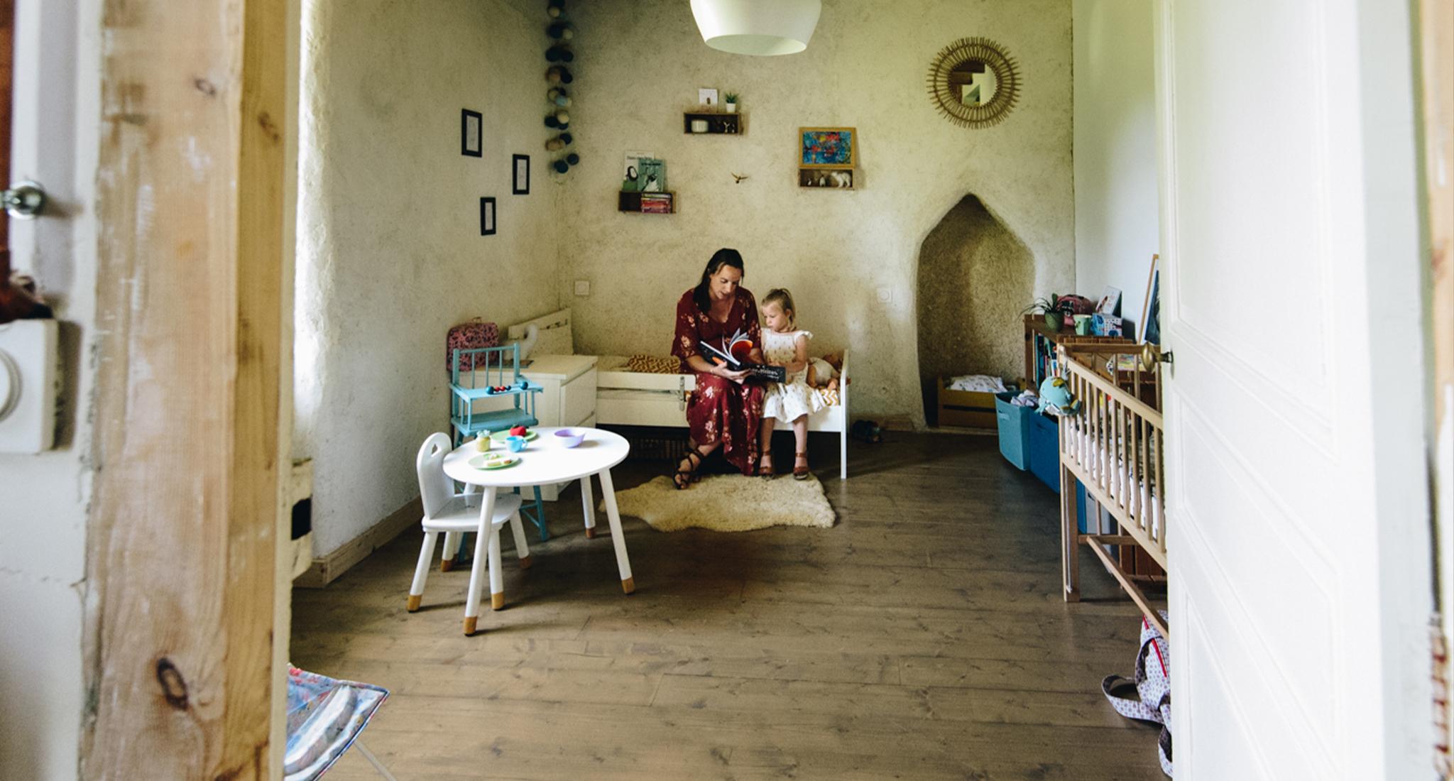 reportage a domicile, une mere lit une histoire a sa fille, frederique jouvin photographe rennes