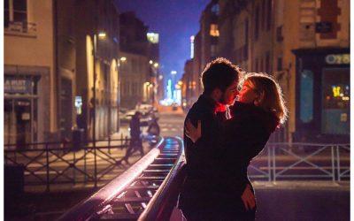 Séance couple à Rennes à la lueur de la ville