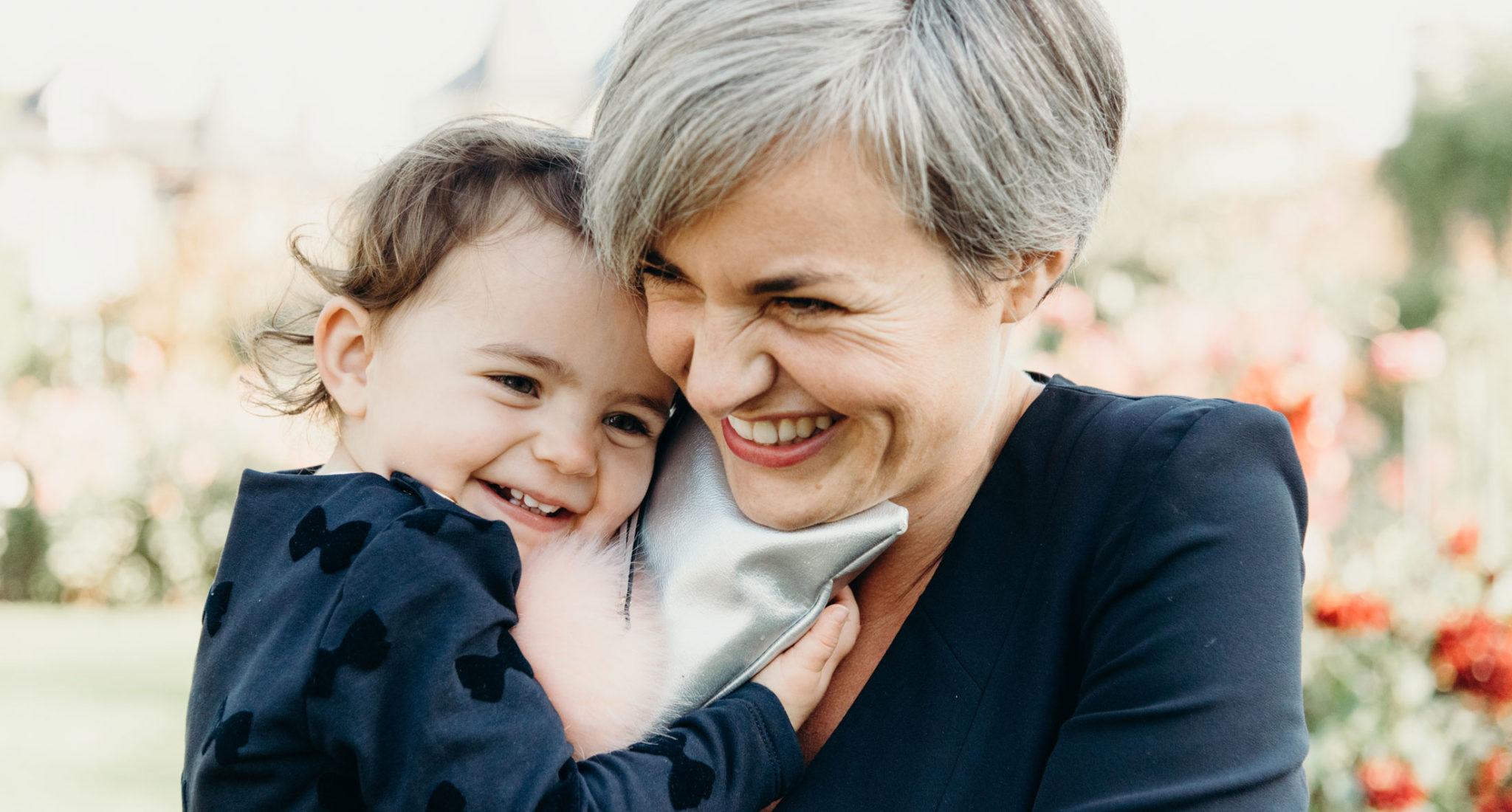une maman avec sa fille font un gros calin en souriant