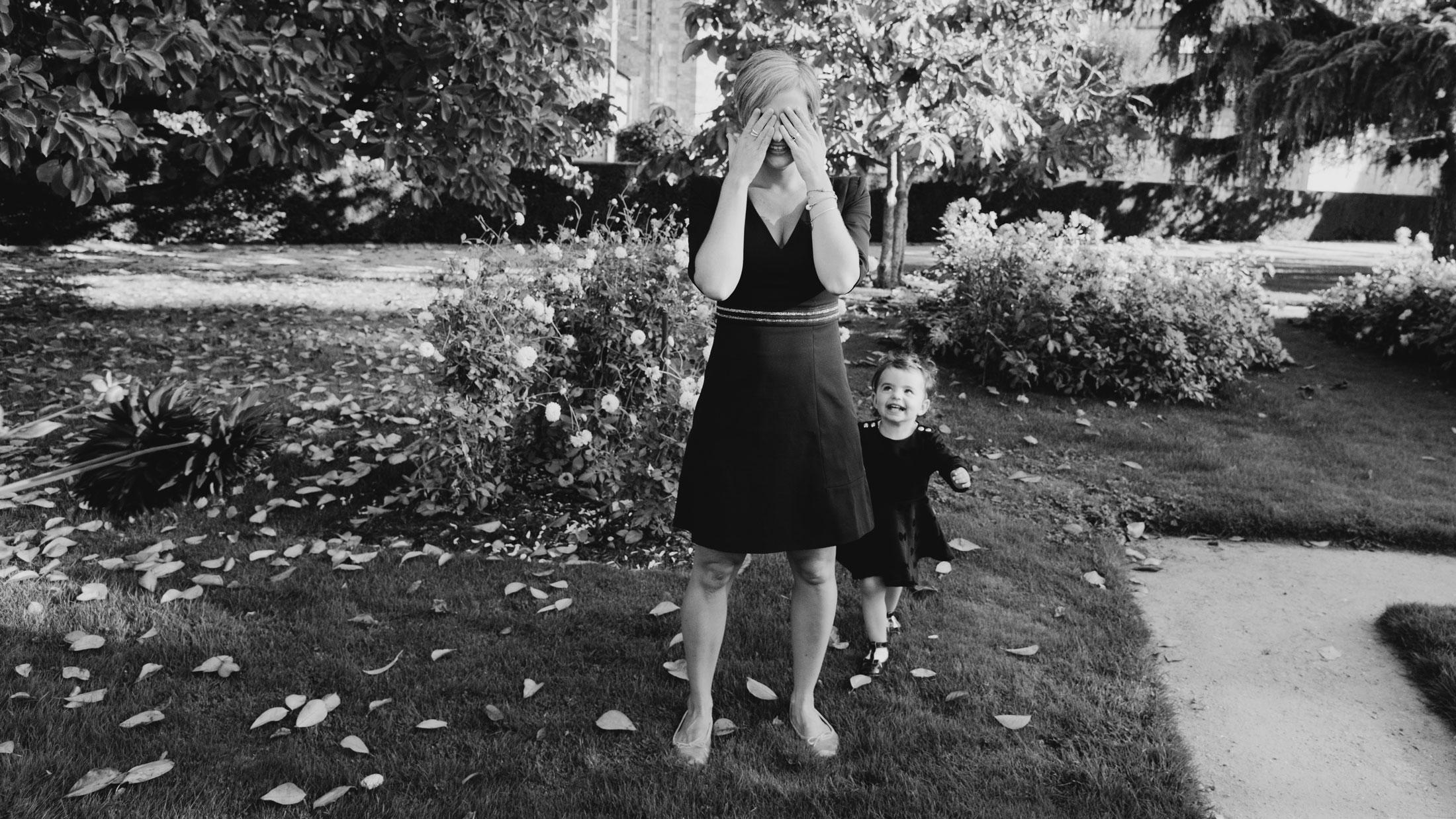 une maman joue à cache cache avec sa fille