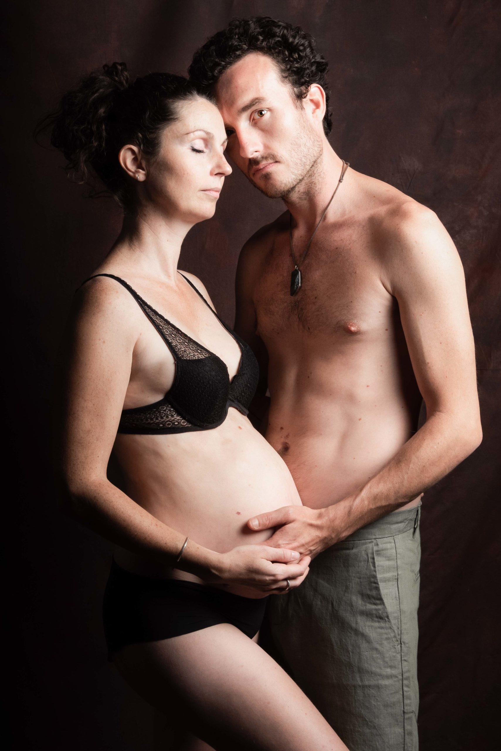 le couple se connecte, seul l'homme me regarde et pose sa main sur le ventre de sa femme enceinte