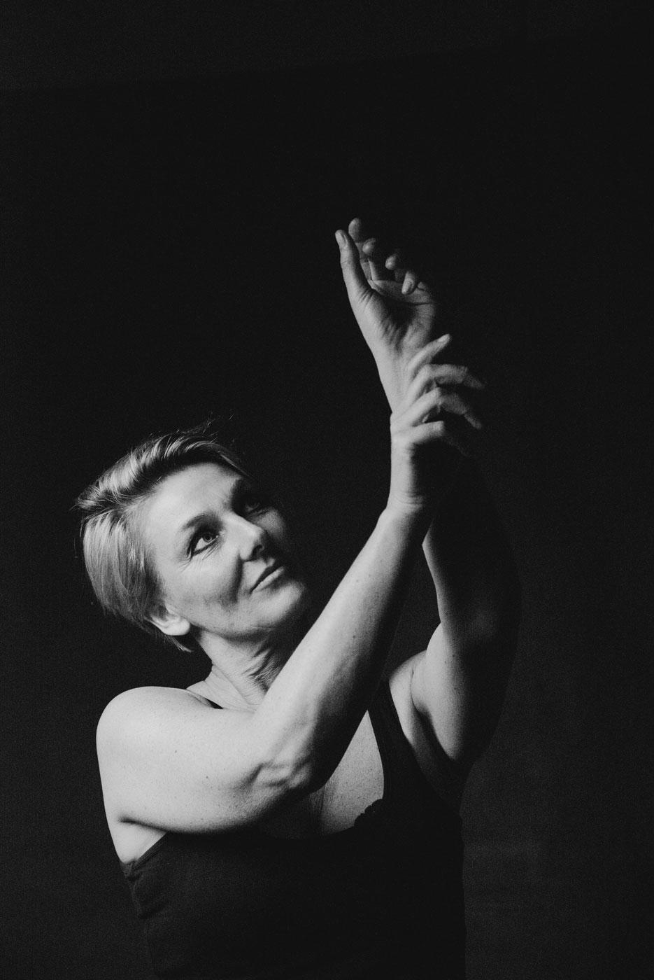 portrait d'une femme qui pose pour une seance confiance en soi frederique jouvin photographe rennesrait estime de soi rennes, frederique jouvin photographe portrait d'une femme et de ses mains