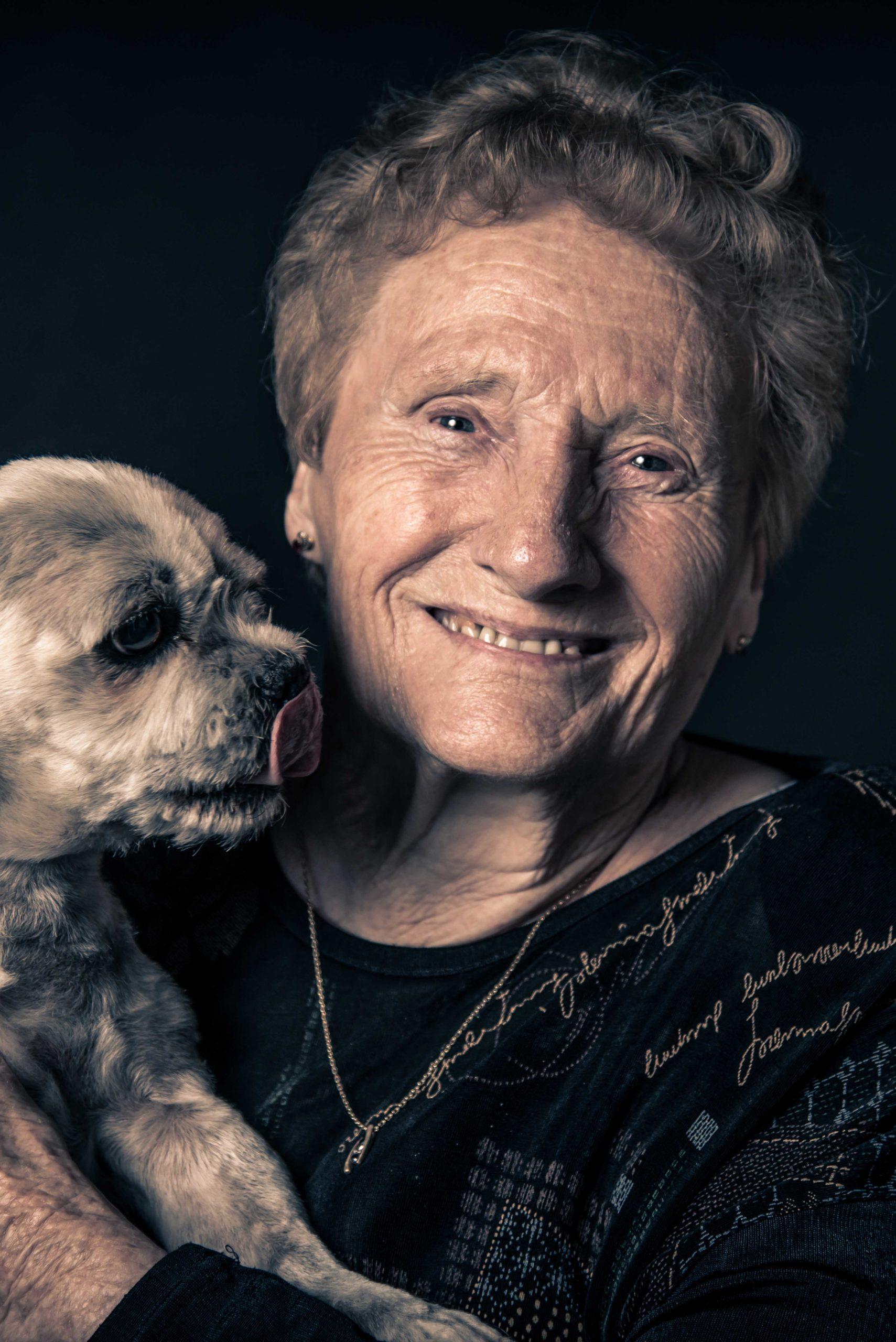 une mamie pose avec son chien
