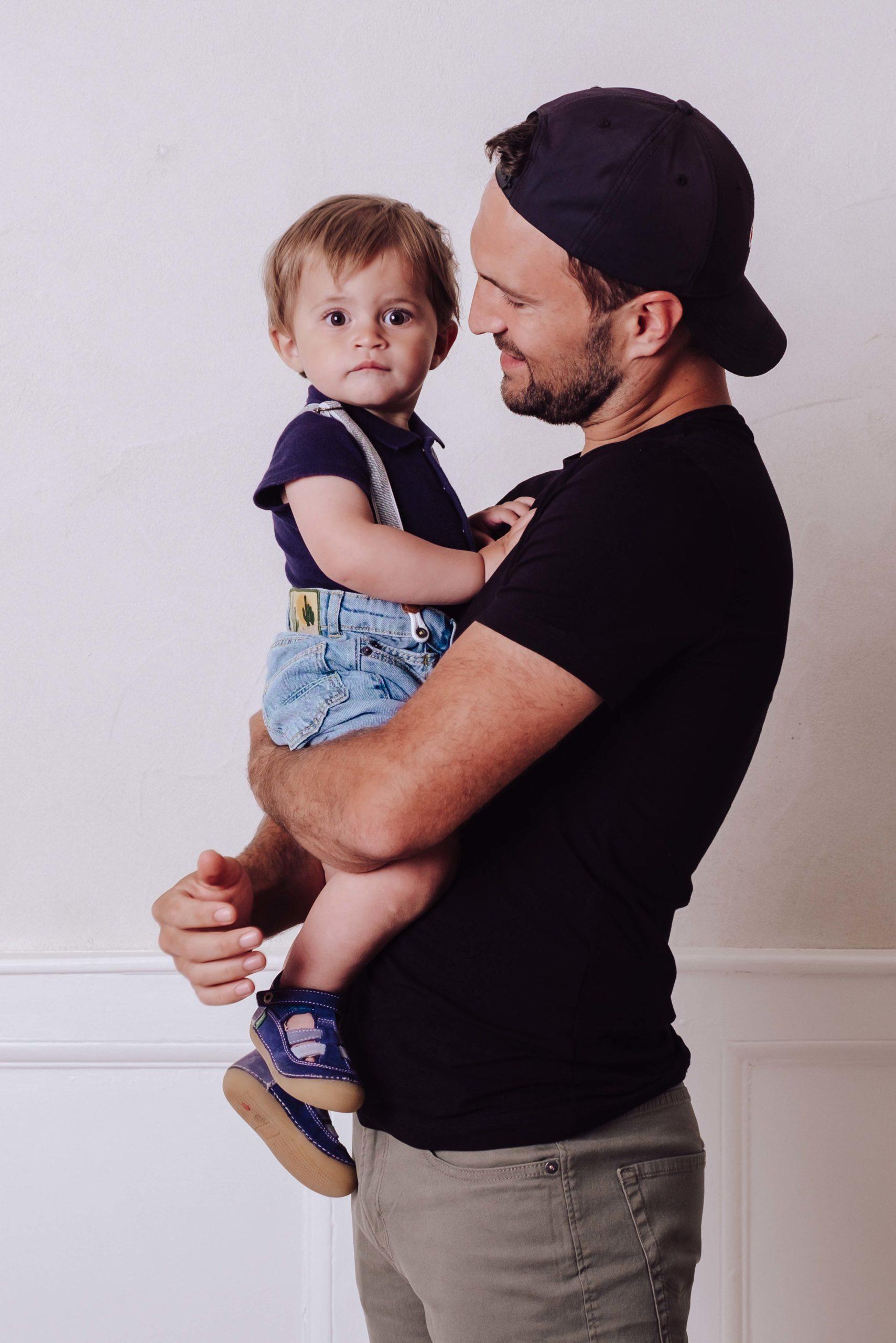 un père orte son fils dans ses bras, une seance photo famille, frederique jouvin  photographe rennes