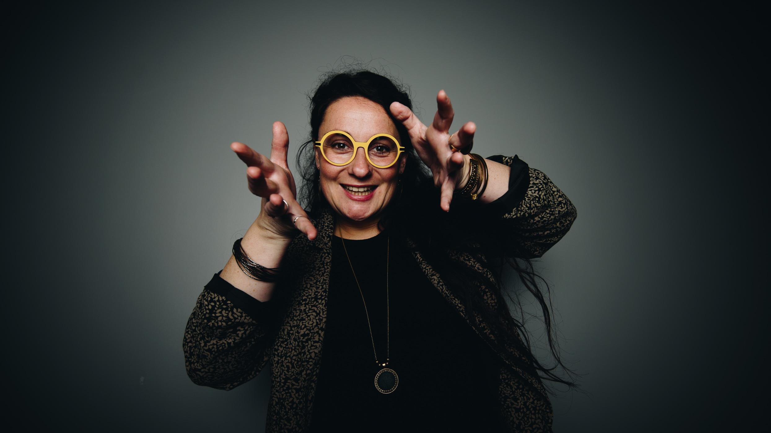 portait d une femme avec des lunettes jaune en studio rennes