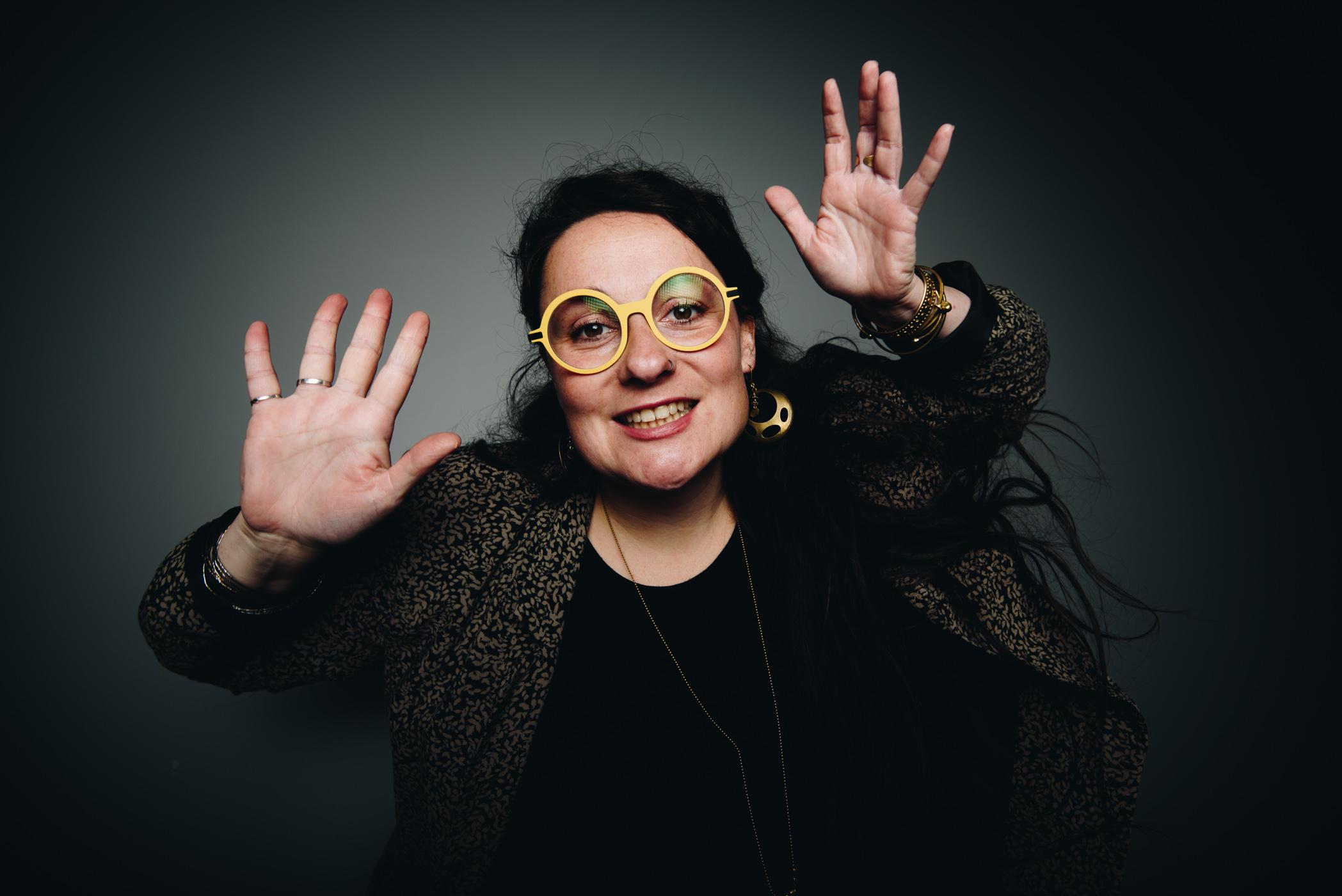portait d une femme avec des lunettes jaune en train de danser en studio rennes