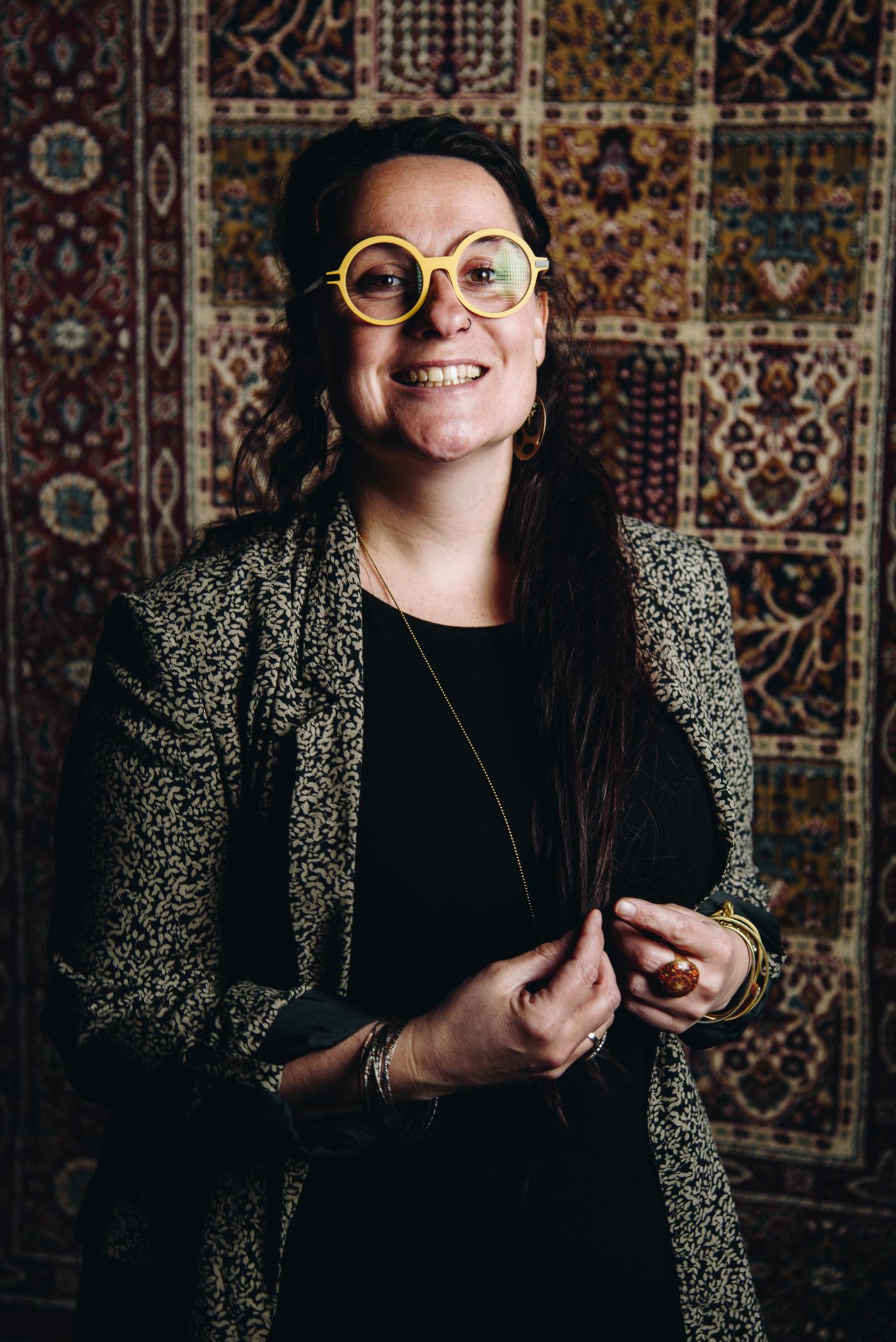 portrait d une femme dans le studio de frederique jouvin rennes